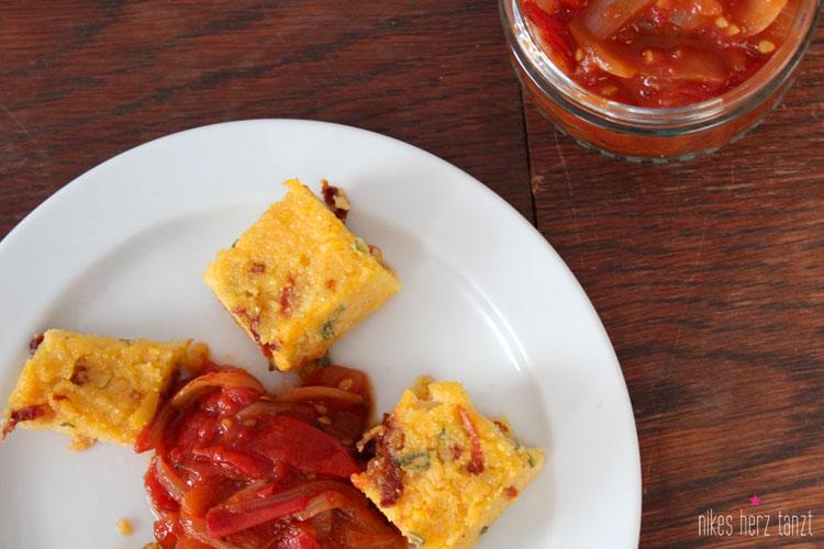 tomaten-relish mit polentawürfeln