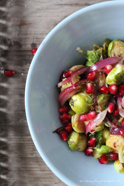 rosenkohl mit datteln, granatapfelkerne, EDEKA, mit liebe, rote zwiebeln, apfelsaft, datteln, thymian, zitronensaft, reisessig, kreuzkümmel