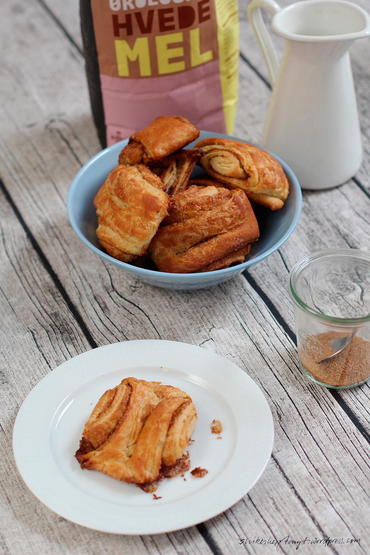 vegane franzbrötchen, hefeteig, zucker, zimt, steinvermahlenes mehl aus dänemark, frühstück, ikea milchkanne, blaue ikea schale,
