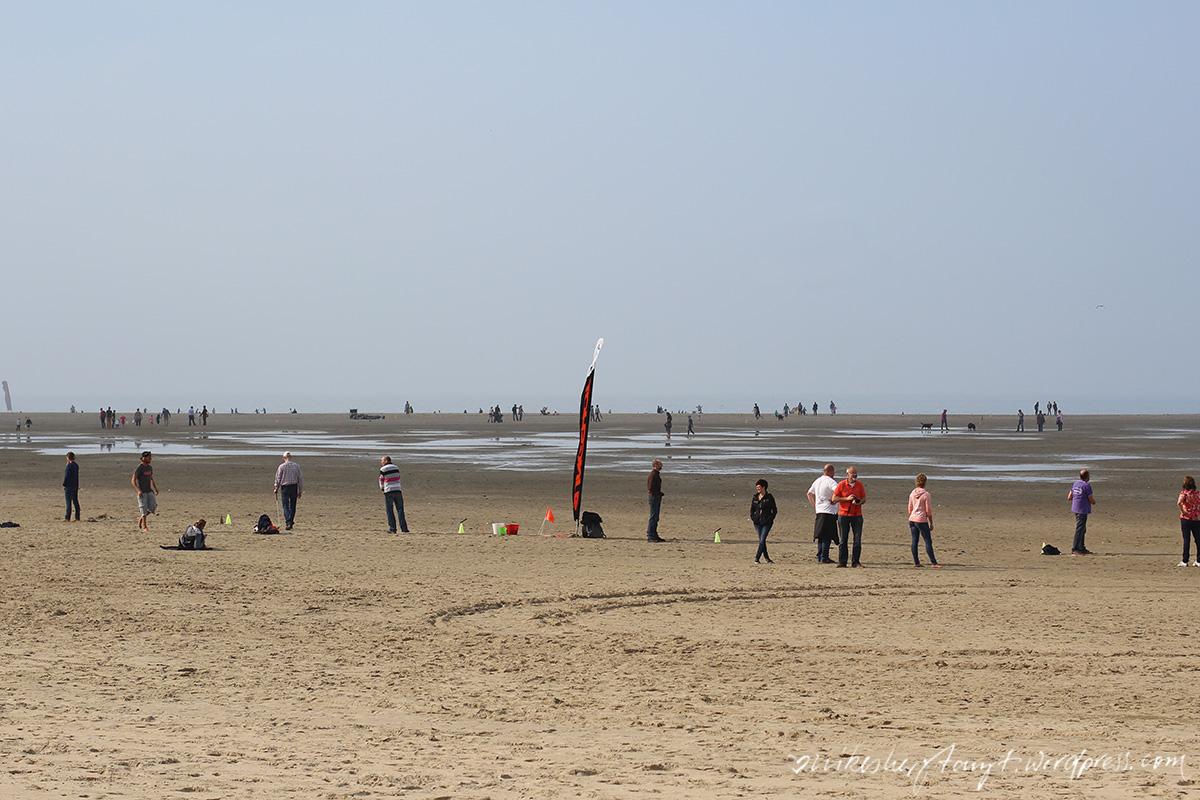 strandleben, golfer am strand, zeeland, holland, brouwersdam,niederlande, nordsee, meer, roadtrip
