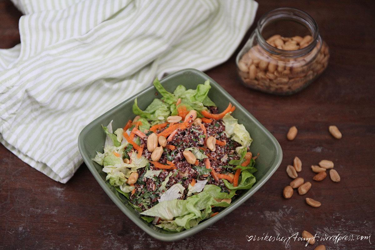 kokos erdnuss quinoa mit koriander, möhren & salat, soulfood, vegan, nikesherztanzt