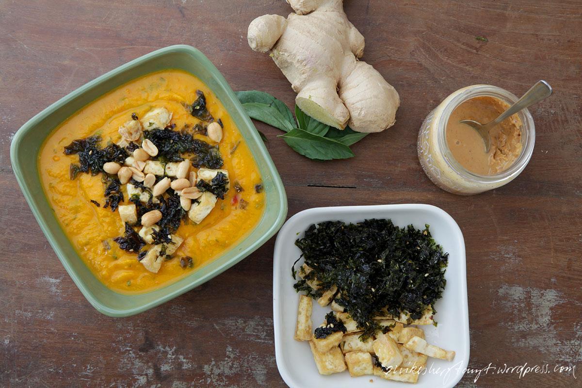 kürbissuppe mit thaibasilikum und koriander, suppenliebe, ingwer, tofu, algen, soulfood, soupy kaspar, erdnussmus, nikesherztanzt
